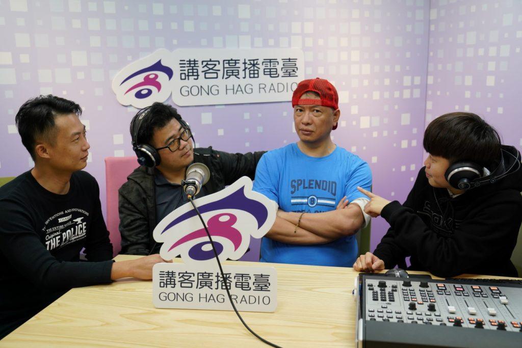 講客廣播電臺臺長徐智俊與客家後生主持人一起合影。