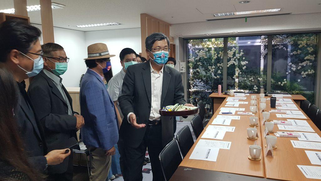客委會楊主委發糖果,與大家分享客庄369專案辦公室成立的喜悅。