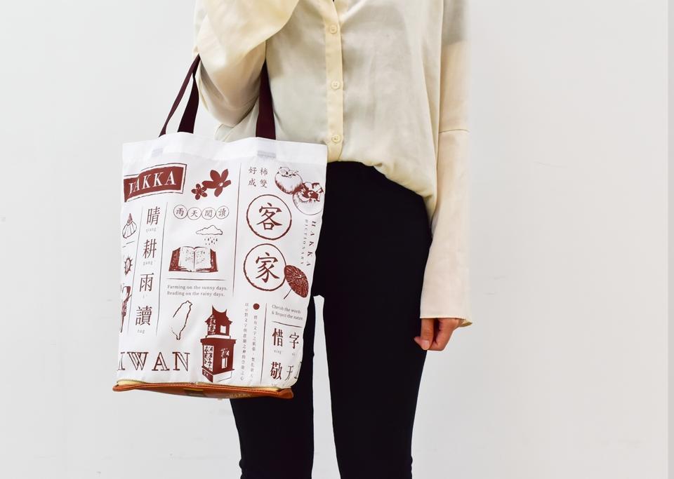 7月7日 推出原價250元的Hakka典藏-客英大辭典造型購物袋: 有著優雅的客家文學外觀,展現客家不塑的日常生活。《客英大辭典》為傳教士D. MACIVER所著。記錄了當時許多客語字詞、俗語、諺語,為後世客語研究非常珍貴的典籍鉅作。客英大辭典造型購物袋擷取大辭典經典外型,內藏袋描畫客家人惜字敬天、晴耕雨讀的美德,別具意義。